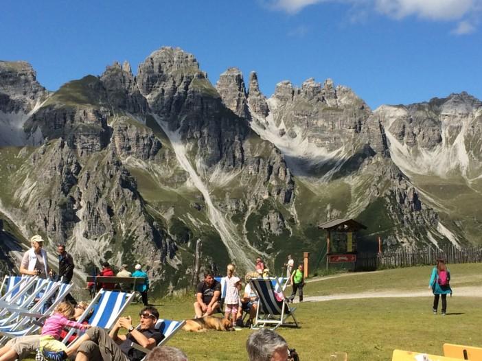Selbst für Tiroler Verhältnisse einmalig: Erholungssuchende am Kreuzjoch. Die Aussicht: genial.