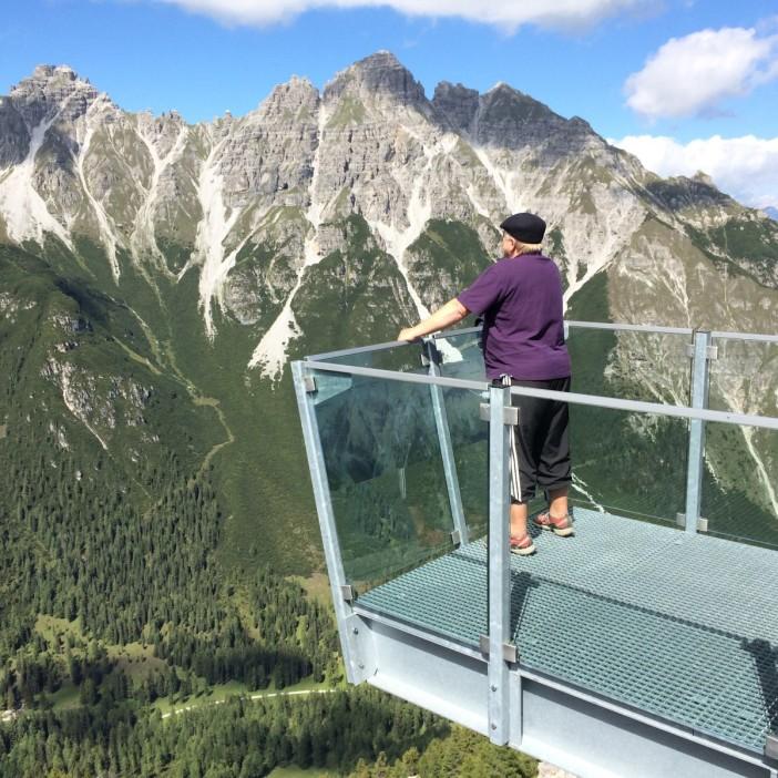 Die Aussichtsplattform am Kreuzjoch im Stubaital ermöglicht atemberaubende Blicke auf Berge und Täler