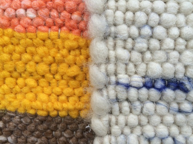 Martin Stern verarbeitet reine Schafschurwolle aus dem Stubaital zu wunderschönen Handwebeteppichen.