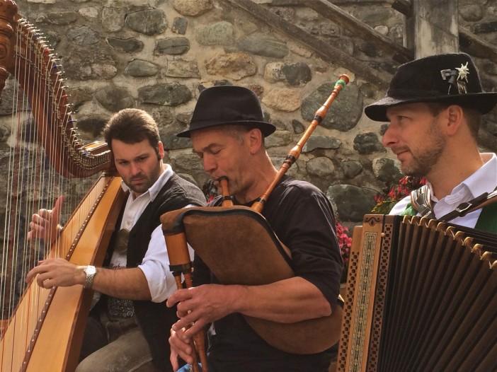 Volksmusik vom Feinsten. Hier: Herman Kühebacher, Seidenweber, Mitglied der legendären Gruppe Titlà, Südtirol, Flötist, Dudelsackspieler verstärkt die Stubaier Freitagsmusig beim Auftritt in Seefeld.