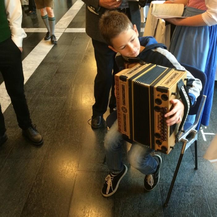 Ein junger Harmonikaspieler übt während des Wettbewerbes. Man glaubt es kaum, mit welcher Fertigkeit dieser kleine Mann bereits Harmonika spielt.