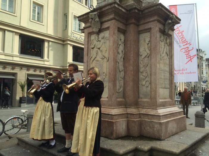 Die Stubair Glöggln spielten vor der Annasäule auf