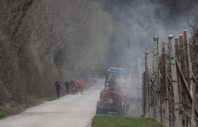 ... oder wie hier, wo Passanten ungewollt von Chemiewolken umhüllt werden.