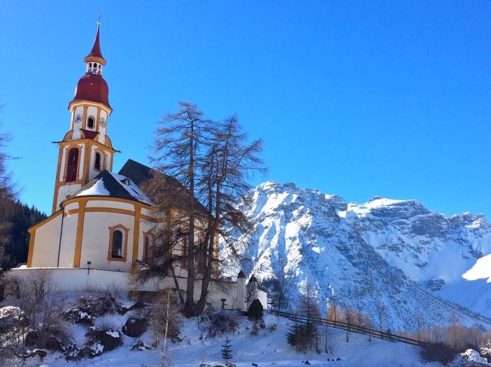 Die malerische Kirche St. Nikolaus zu Obernberg am Brenner. Ein romantisches Kirchlein in einem einzigartigen Panorama.