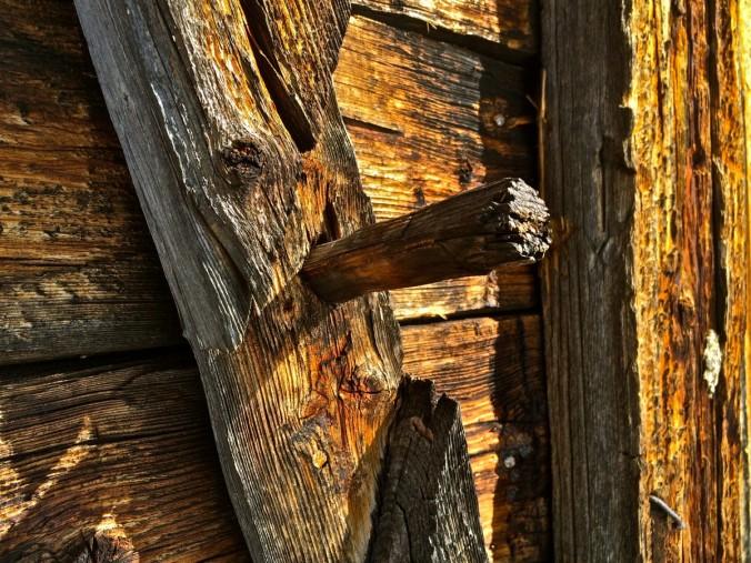 Details an einer Heuhütte in Obernberg. Hier hat das Plastikzeitalter noch nicht Einzug gehalten.