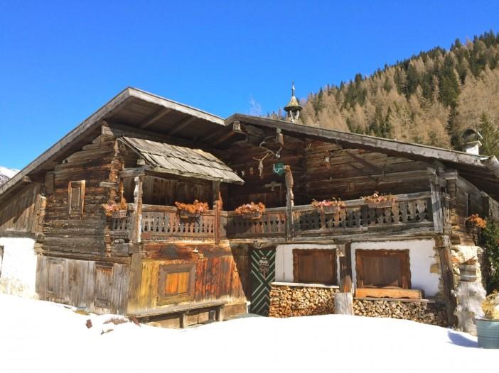 Wie in einem Museum: der uralte, wunderschöne Bauernhof auf dem Weg zum Obernberger See