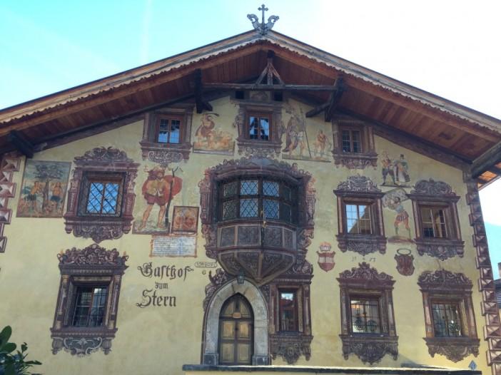 Fresken verzieren dieses aus der Gotik stammenden Gebäude: der legendäre Gasthof Stern in Ötz.