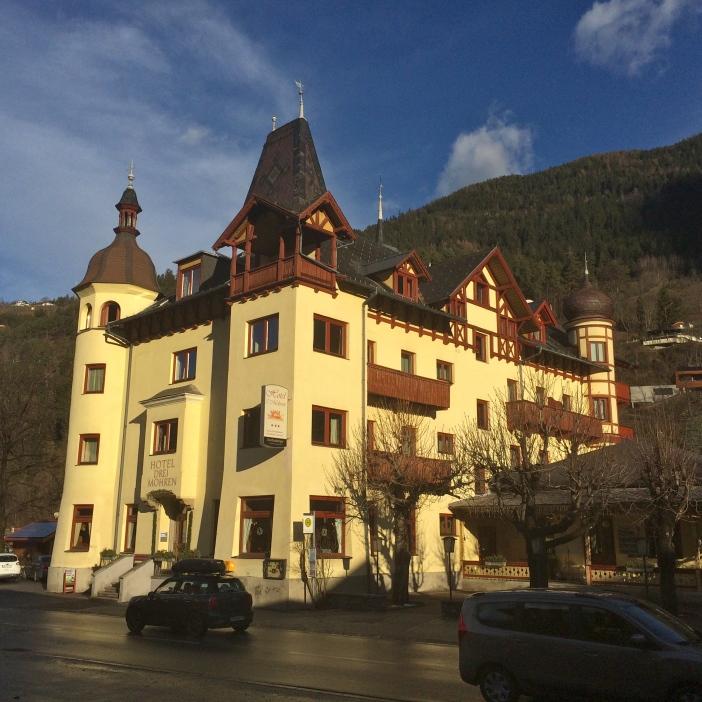 Das berühmte 'Hotel 3 Mohren' in Ötz. Ein wunderschönes Beispiel für die Tourismusarchitektur des Fin de Siècle.
