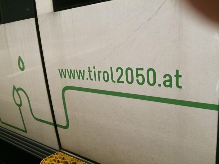 Potentierter Schwachsinn: Auf S-Bahn-Zügen wird das 'Energieautarke Tirol 2050' beworben. Ausser Spesen nix gewesen.
