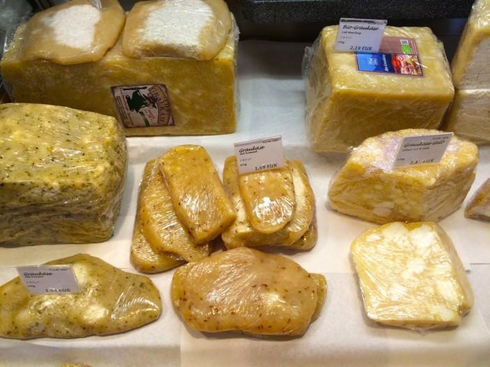 Eine große Auswahl von Graukäse ist in Tirol nicht immer selbstverständlich. Im Käse-Kulinarium schon.