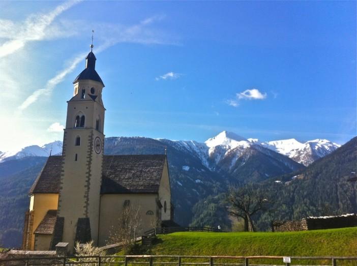 Das Panorama ist einer Wallfahrtskirche durchaus angemessen: Maria Schnee in Obermauern