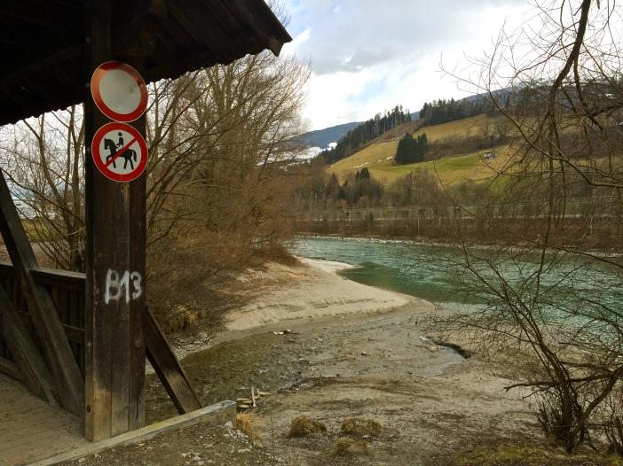 Derzeit noch idyllisch. Wenn es nach dem Willen der ÖVP geht soll hier eine Brücke in schwindelnden 20 m Höhe zusätzlichen Verkehr nach Hall leiten.