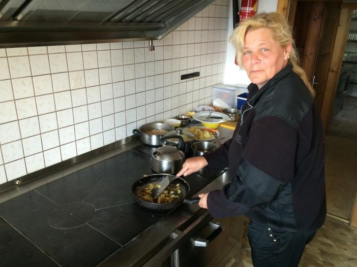 Die legendäre Wirtin der ebenso legendären Jausenstation Farst. Kochen am Holzherd ist Tradition auf dieser Höhe...