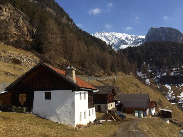 Wie auf einem Gemälde von Alfons Walde: zwei Bauernhäuser und 1 Stall vor dem atemberaubenden Panorama der 3.000er