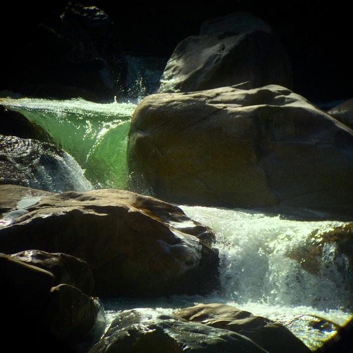 Flaschengrünes Wasser bahnt sich den Weg durch das Labyrinth des Kataraktes.