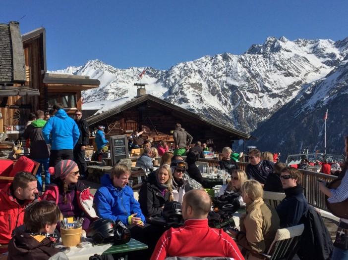 Die Gäste fühlen sich wohl und sind völlig entspannt: Die Gampe Thaya ist der totale Gegenentwurf zum schrillen 'Hüttenleben' auf vielen Skihütten in Tirol. Keine Pommes, keine Cola, keine Kunstwürste, kein Kunstkäse und vor allem auch keine Musik auf der Terrasse.