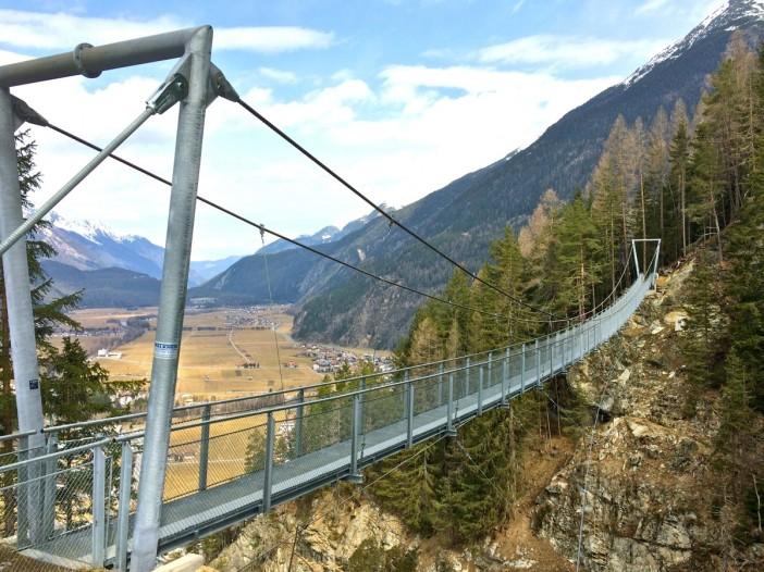 83 Meter des Wanderweges nach Burgstein führen in luftiger Höhe über ein Tobel.