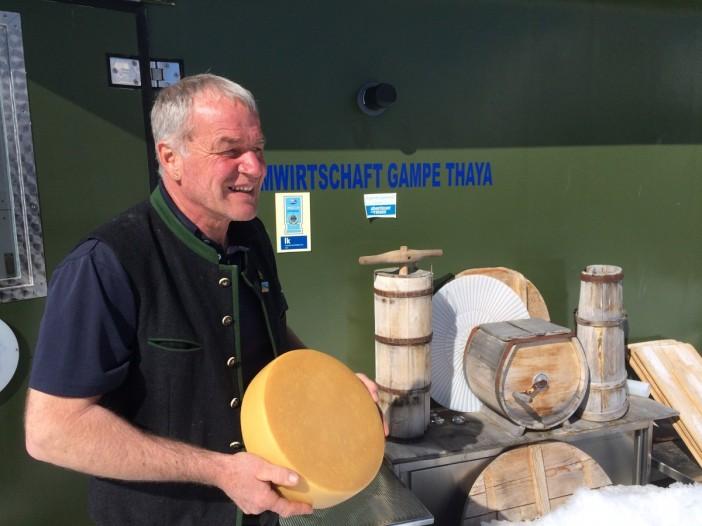 Jakob Prantl darf stolz sein auf seinen vollfetten Rohlmilch-Almkäse, den er auf der Gampe Thaya im Sommer selbst und natürlich in Handarbeit herstellt.