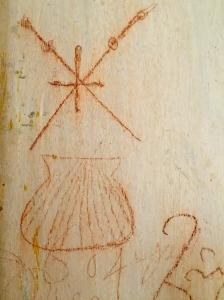 Jener Pilger, der 1604 diese Muschel mit den Wanderstäben an die Kirchenwand zeichnete, hatte noch einen für damalige Verhältnisse unheimlich langen Weg nach Santiago vor sich. Rund 2.600 km.