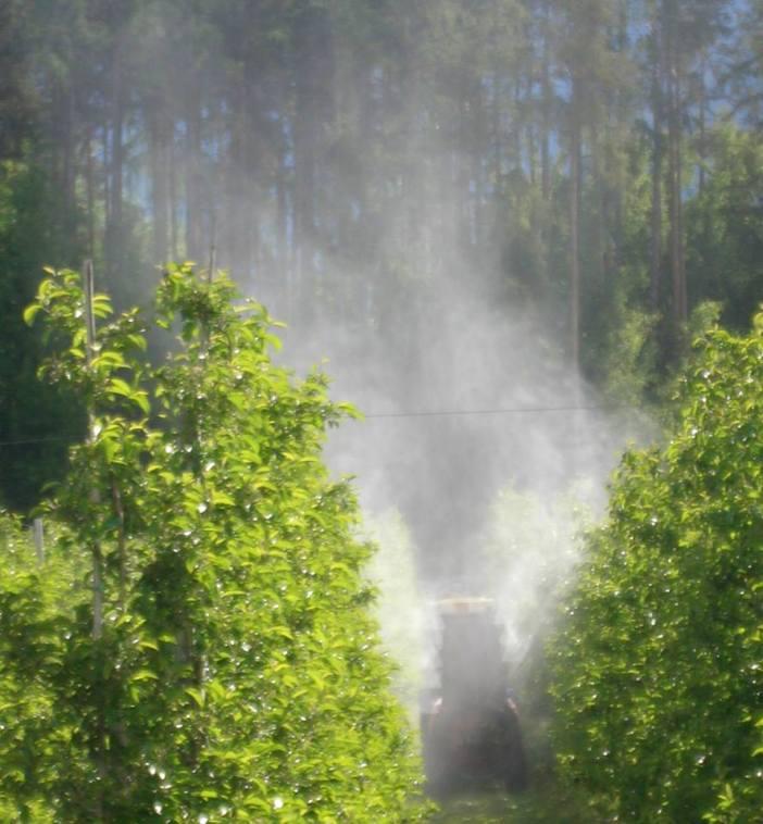 Chemiewolken hängen wieder über den Obst-Monokulturen. Und niemand weiß genau, was da durch die Luft fliegt.