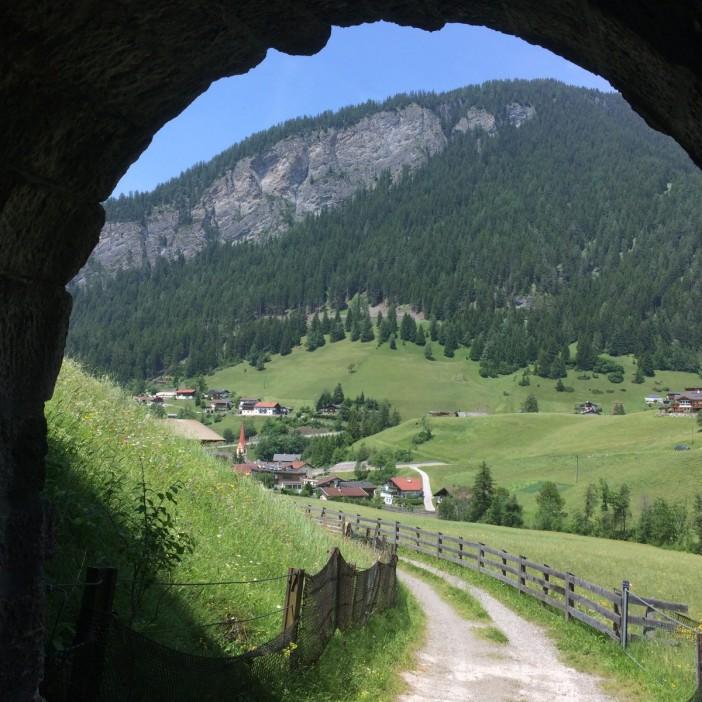 Wie im Mittelalter: Wanderer betreten St. Jodok vom Valsertal her kommend durch eine Pforte...