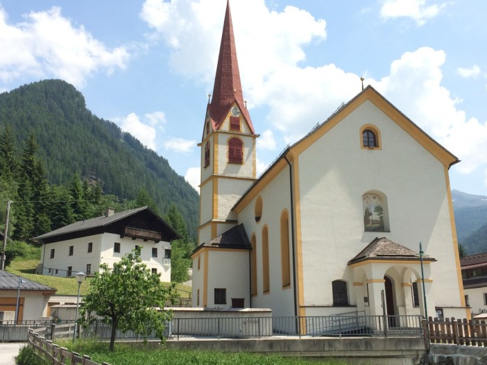 Die Kirche St. Jodok mit dem fein sanierten Widum. Ein wirklich schönes Ensemble.