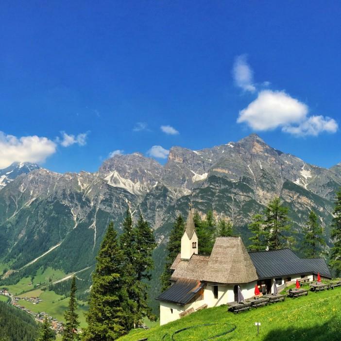 Eine Postkartenidylle: die wohl schönste Wallfahrtskirche Tirols am schönsten Platz