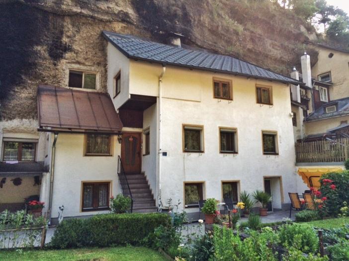 Häuser am Ausgang der Rosengartenschlucht: in's 'Bergl', einen postglazialen Schotterhaufen  hineingebaut.