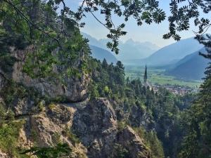 Blick aus der Schlucht auf die Stadtmitte von Imst.