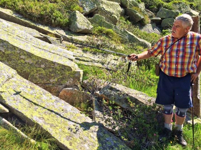 Diesen wunderbaren Stein will Erich in den nächsten Wochen aufstellen. Mit Flaschenzug, Hilfe von Familienmitgliedern wird der Stein dann an einen von Erich akribisch ausgesuchten Standort gebracht und aufgestellt.