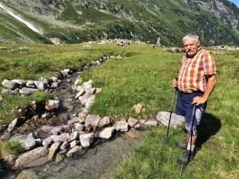 Mit 'Lesesteinen' befestigt Erich Gatt die Bachufer...