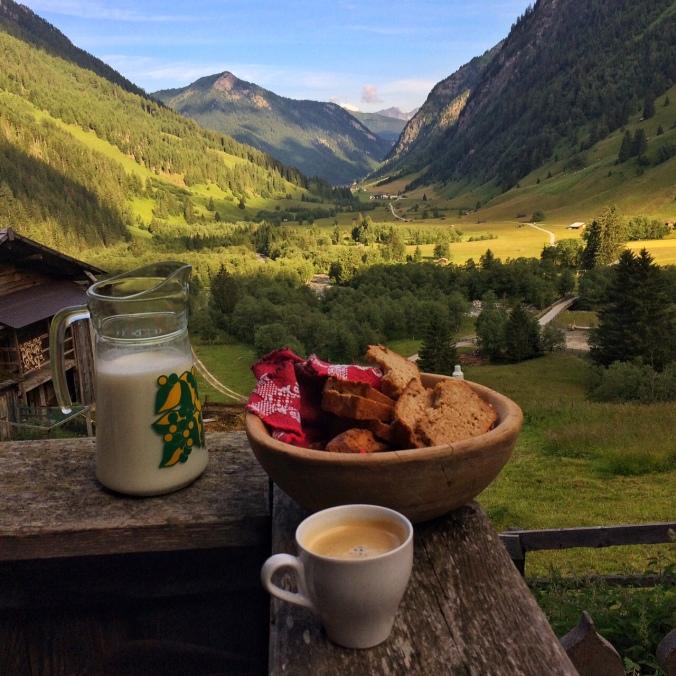 Das Frühstücks-Panorama auf Helgas Alm. Einzigartig schön.