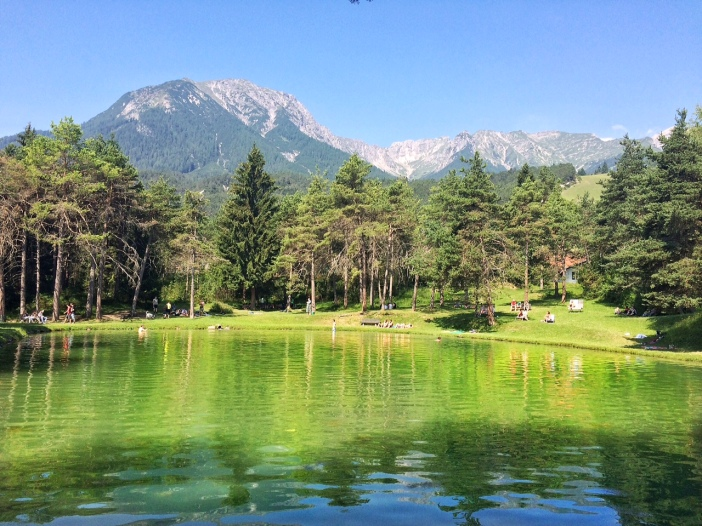 Dieser kleine grüne See ist quasi die Belohnung für den doch schweißtreibenden Aufstieg durch die Schlucht nach Hochimst. Im Wald Cafe kann man sich aber stärken und diesen schönen Ausblick genießen.