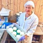 Helga mit frisch 'abgefüllten' Käse-Modeln.