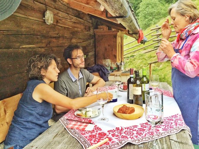 Hier schlüpft Helga in ihre 'alte' Rolle als Sommelière: Giulia Gonella, eine bekannte Winzerin aus dem Piemont bringt bei ihrem Besuch auch gleich einen wunderbaren, zum Ziegenkäse passenden Wein mit.
