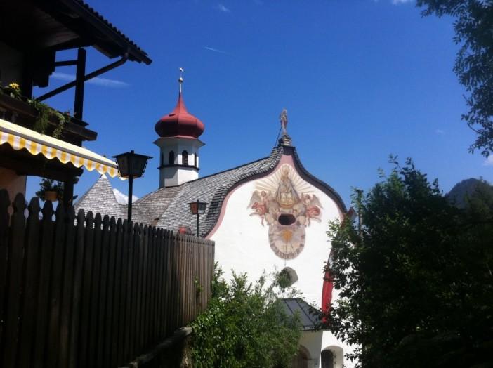 Schenke und Kapelle: Maria Brettfall mit seinen genialen Ausblicken auf das Vordere Zillertal ist ein überaus beliebtes Wallfahrts- und Pilgerziel.