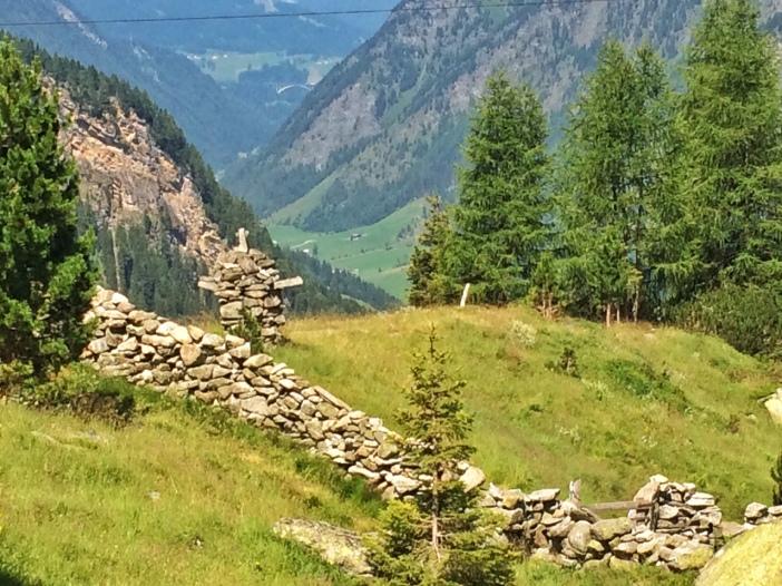 Eine Trockensteinmauer umgibt die Zeischalm. Und davor hält ein Stoa-Mandl Wacht.