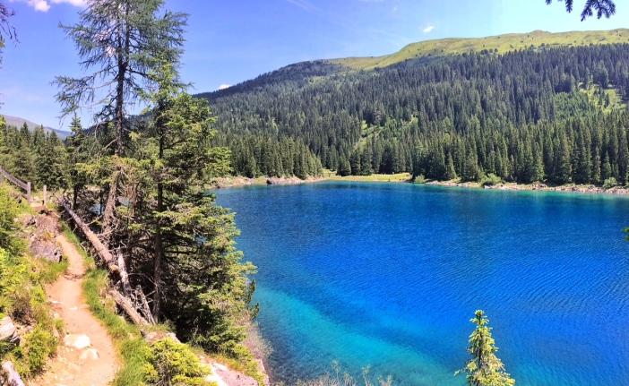 See blau mit Uferweg