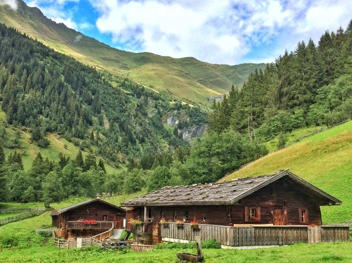 Die wunderschönen, geradezu musealen Almhütten im Hinteren Valsertal sind solche geblieben und nicht zu Touristen-Unterkünften umgebaut worden.