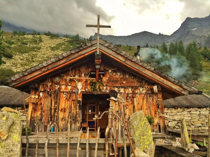 Die Almhütte der Zeischalm. Mit der vielleicht interessantesten Aussenwand einer Tiroler Alm.