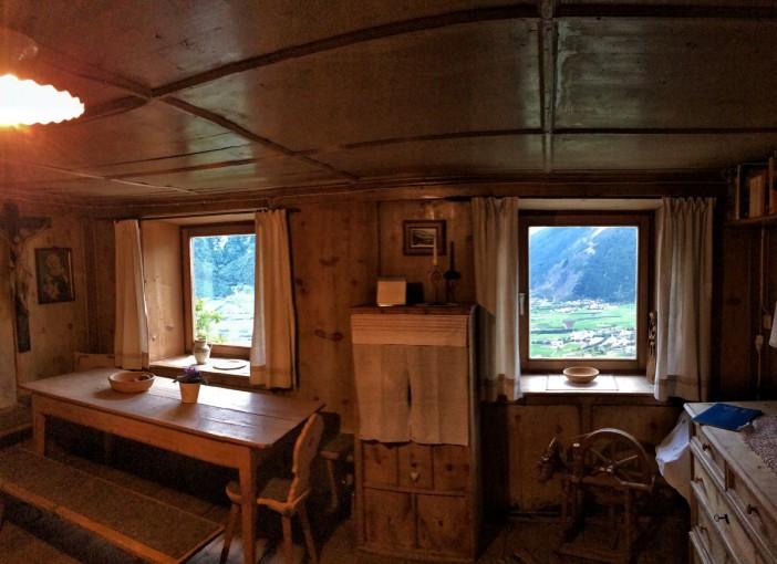 Der Blick aus der guten alten, holzgetäferten Stube des Lechtlhofes.