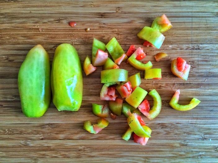 1 kg grüne Tomaten putzen und in Streifen bzw. Würfel schneiden...