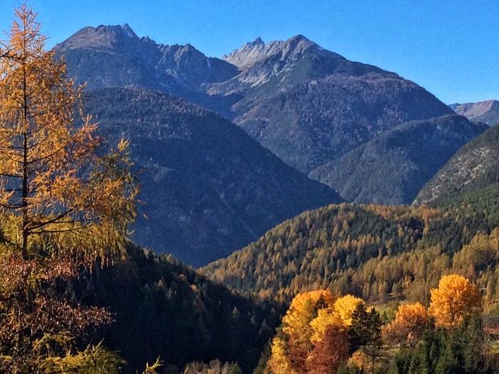 Die Farben Blau und Gold bilden das grandiose Ambiente der Wanderung vom Holzleitensattel nach Obsteig.