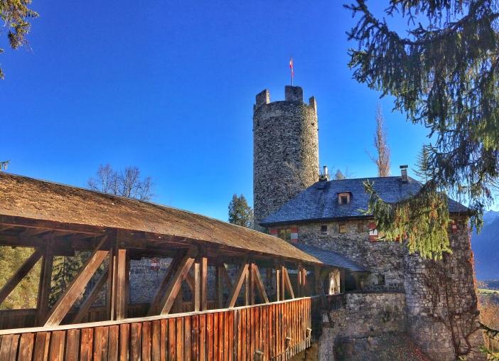Man fühlt sich in die Zeit der edlen Ritter zurückversetzt: Die 'Zugbrücke' führt zur Burg, die im Privatbesitzt steht.