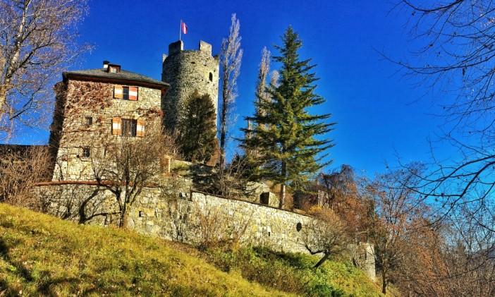 Burg oder Schloss? Jedenfalls thront diese Feste märchenhaft und hoch über Mötz und dem Tiroler Oberinntal.