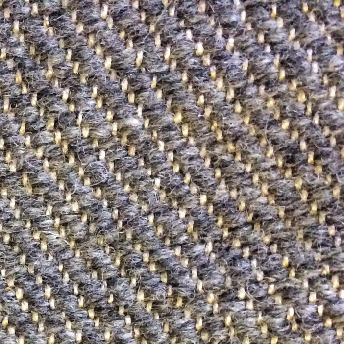Grauer Wiflingstoff. Diese strapazfähige Textilbesonderheit wird aus Flachs und Schafwolle hergestellt. Am Handwebstuhl, versteht sich.