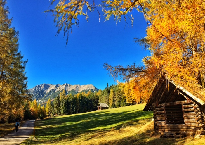 Bilder wie aus einem Märchenbuch: Goldene Lärchen, eine Heuhütte und die majestätischen Berge