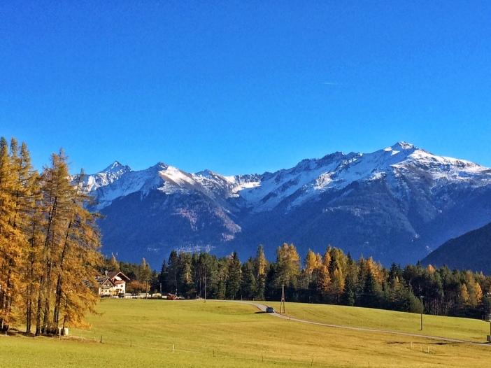 Ein Panoramablick, der mir nahezu den Atem nimmt. Die mächtigen Kühtaier Berge um den Pirchkogel tragen bereits ihr Winterkostüm.