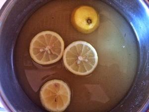 1 kg Zucker wird zusammen mit der Zitrone mit dem Wasser vermischt, die zerstampften Wacholderbeeren werden zugefügt.