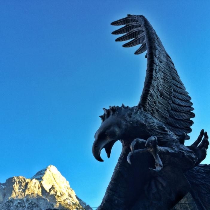 Ein Bronzeadler im Skulpturenpark von Biberwier vor der Sonnenspitze.